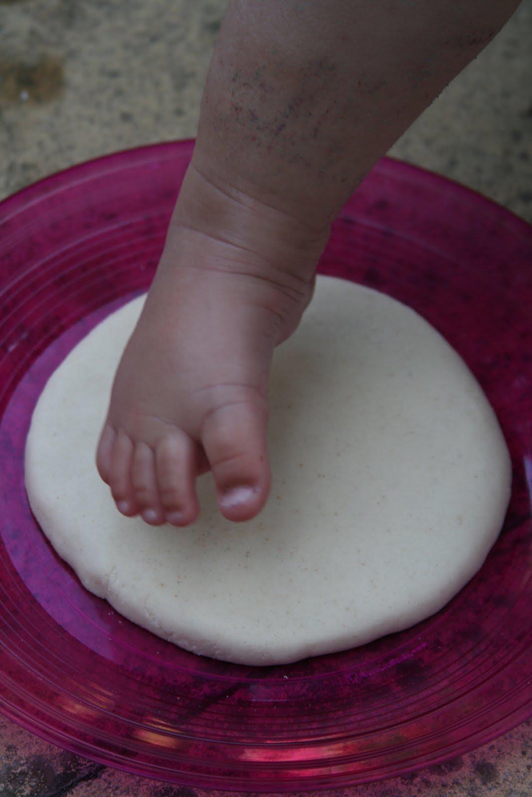 След ножки. Поделка из соленого теста.своими руками мастер класс