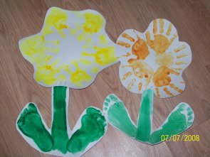 Цветочная поделка - отпечаток детских ручек и ножек