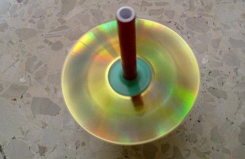 Развивающие игрушки детям своими руками - Делаем волчок–юлу из старого CD (3)