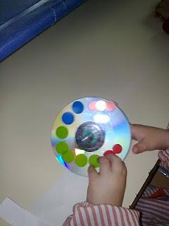Развивающие игрушки детям своими руками - Делаем волчок–юлу из старого CD (1)