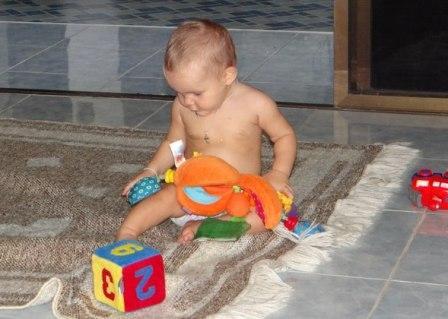 Развитие ребенка первого года жизни - Упражнения для развития мелкой моторики (6)