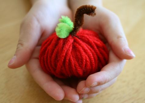 Поделка из пряжи - Детская поделка яблоко (1)