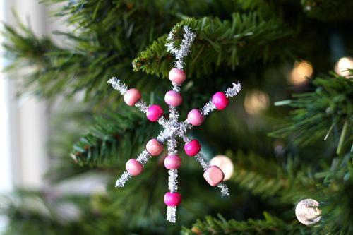 Снежинка из бисера: украшение новогодней ёлки (1)