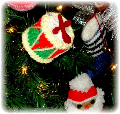 Елочные игрушки крючком - вязаные новогодние игрушки (38)