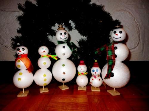 Игрушки снеговики - фигуры из пенопласта (18)