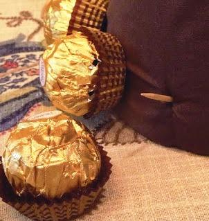 Как сделать ёлку из конфет (3)