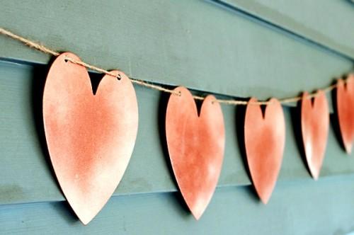Поделка на День Влюбленных - гирлянда из сердечек (8)