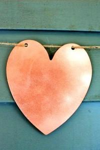 Поделка на День Влюбленных - гирлянда из сердечек (10)