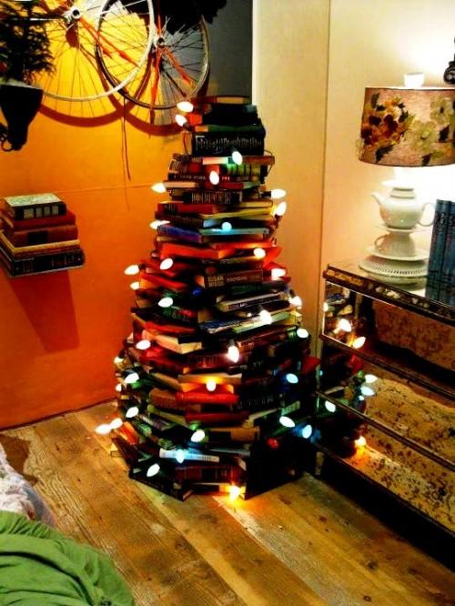 Поделка к Новому Году с детьми - елка из книг (1)