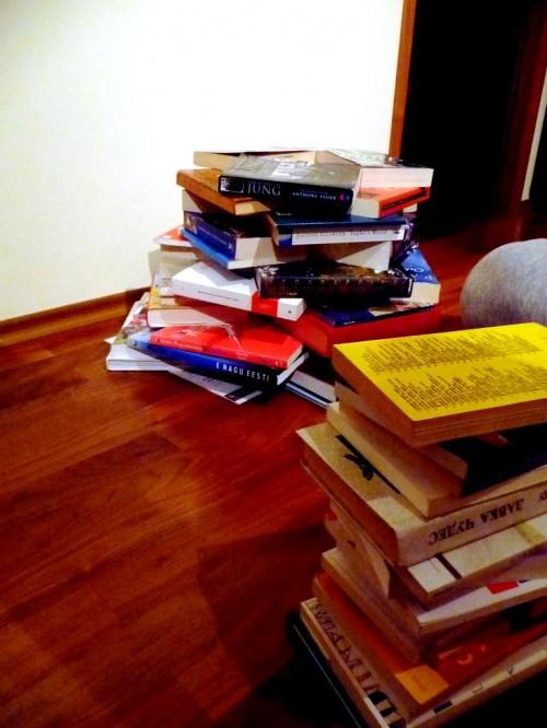 Поделка к Новому Году с детьми - елка из книг (5)