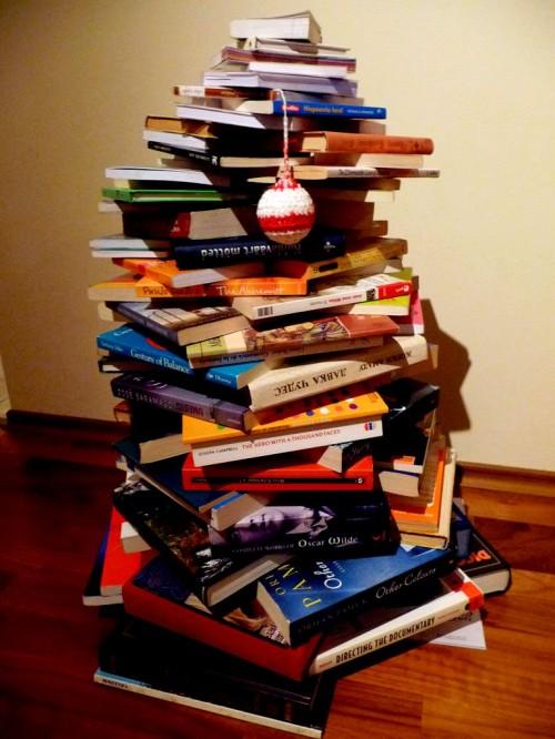 Поделка к Новому Году с детьми - елка из книг (8)