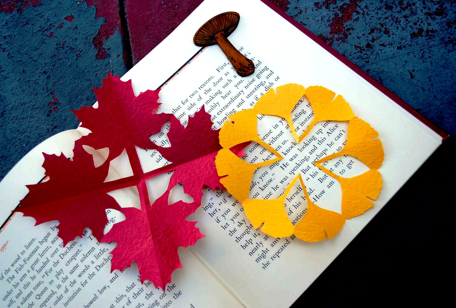 Открытка своими руками ко дню учителя из бумаги с осенними листочками, открытка марта поздравление