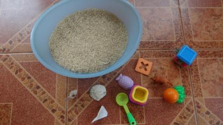 Сенсорное равитие в реннем возрасте: игры с крупой (6)