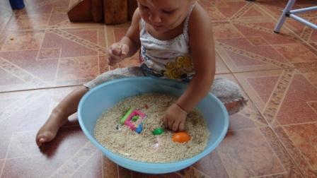Сенсорное равитие в реннем возрасте: игры с крупой (4)