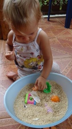 Сенсорное равитие в реннем возрасте: игры с крупой (3)