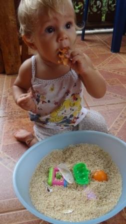 Сенсорное равитие в реннем возрасте: игры с крупой (2)