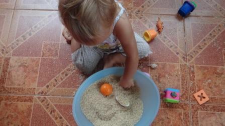 Сенсорное равитие в реннем возрасте: игры с крупой (1)