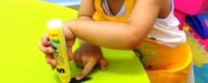Поделка пингвин - рисунок из отпечатка ноги (12)