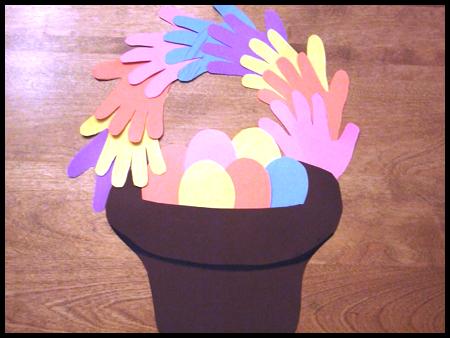 В этой статье мы расскажем, как вместе с детьми можно сделать очень забавные поделки к Пасхе.