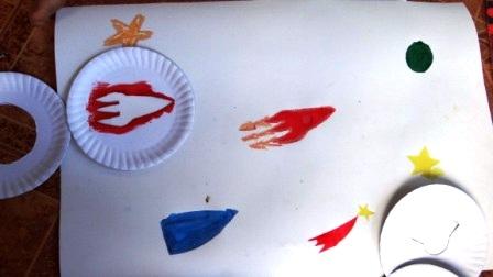 Детский рисунок космоса с помощью трафаретов (4)