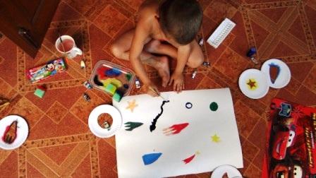 Детский рисунок космоса с помощью трафаретов (3)