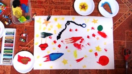 Детский рисунок космоса с помощью трафаретов (2)