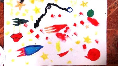 Детский рисунок космоса с помощью трафаретов (1)