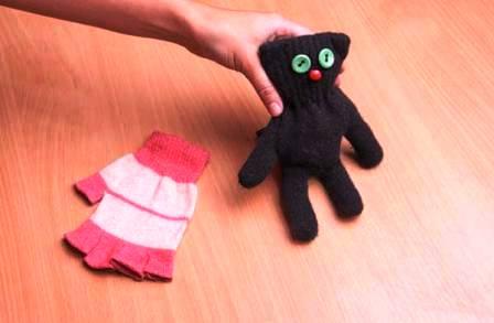 Как сделать игрушку из перчатки (7)