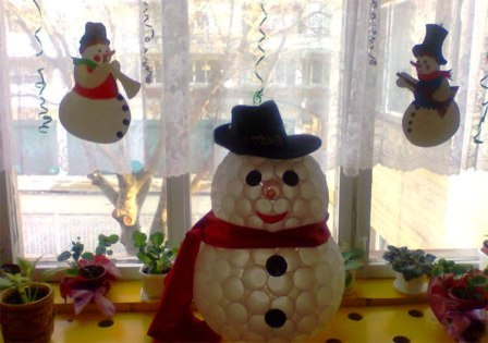 как сделать снеговика из стаканчиков (4)